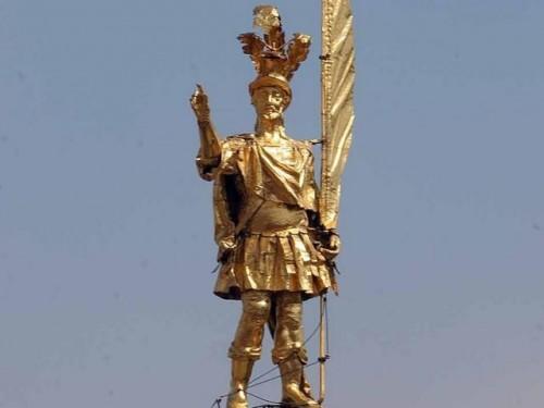 Imagen del Santo coronando la cúpula de la catedral de Bérgamo, Italia.