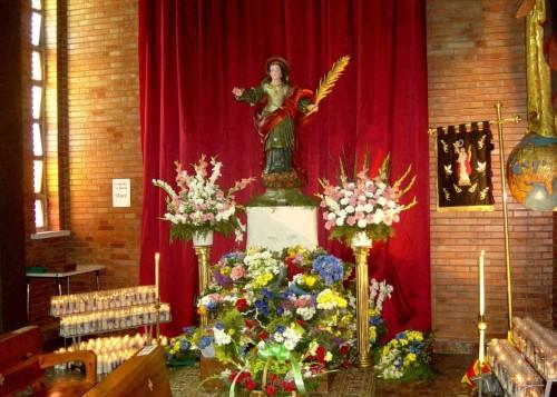 Ofrenda floral a la Santa. Iglesia de Mequinenza, España.