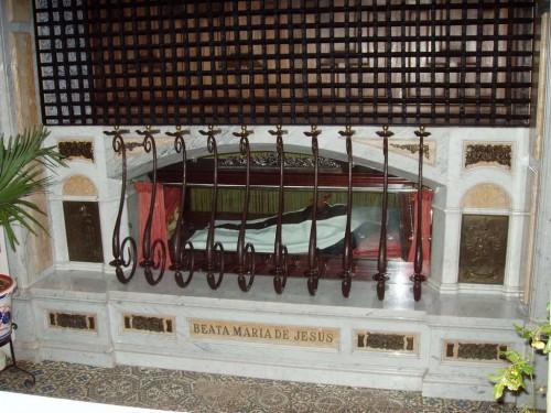 Cuerpo incorrupto de la Beata en el bajo coro del convento.