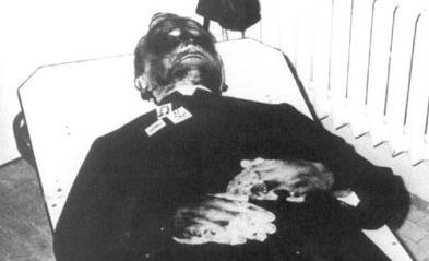 Vista del cadáver del Beato, con las señales de la tortura sufrida.