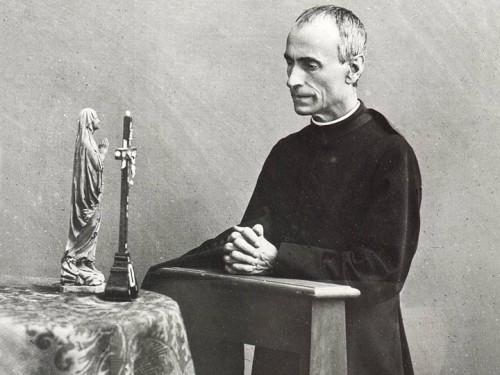 El Beato fotografiado en oración ante una imagen de la Virgen.
