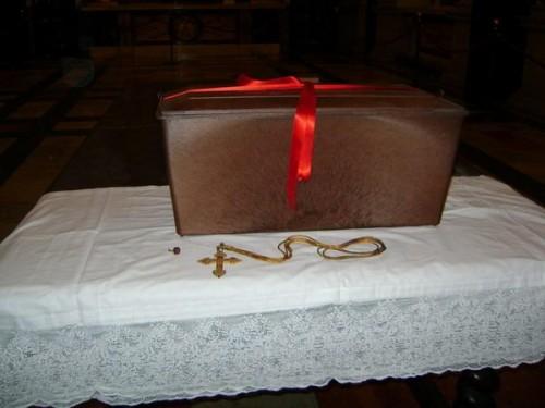 Vista de los restos mortales, de la cruz pectoral y el anillo cardenalicio, despues de la exhumación en el año 2009.