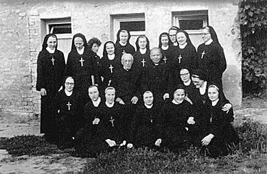El Beato fotografiado con las hermanas de su Congregación.