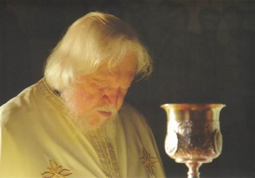 El padre Teofil Paraian celebrando la Divina Liturgia.