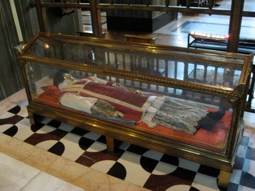 Urna con el cuerpo del Santo en la catedral de Westminster, Londres (Reino Unido).