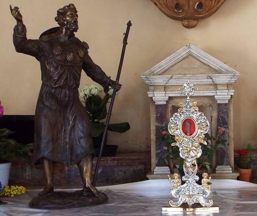 Escultura y relicario del Santo en Saludeccio, Italia.