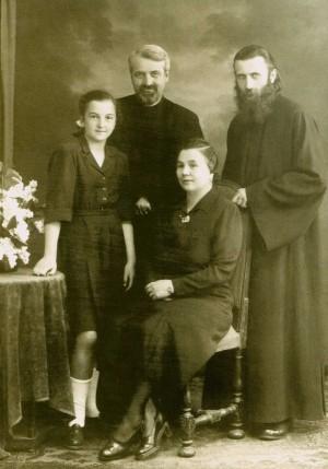 El padre Arsenio Boca fotografiado con la familia del dogmatista Dumitru Staniloae.
