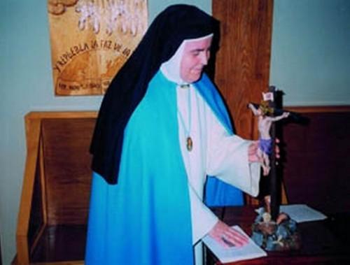 La Madre Mercedes de Jesús con las nuevas reglas de la Orden de la Inmaculada Concepción.