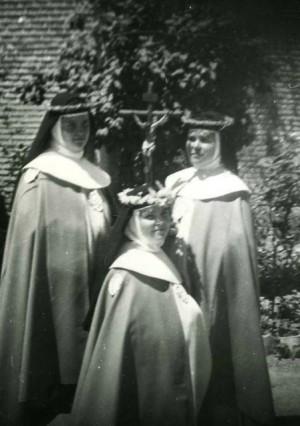 La Madre Mercedes de Jesús fotografiada con otras dos compañeras el día de su toma de hábito.
