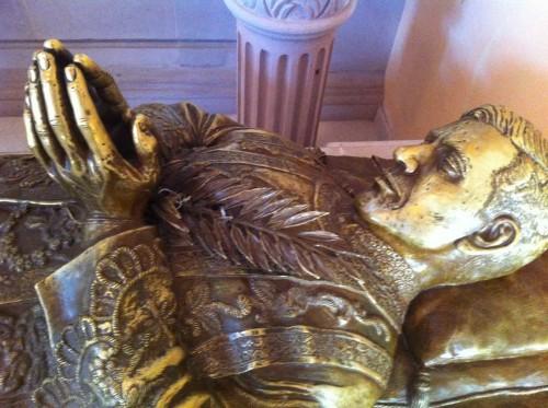 Detalle de la imagen yacente del Santo junto a su sepulcro.