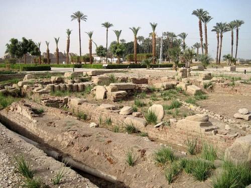 Ruinas del complejo religioso de Denderah, Egipto. Patria del Santo.