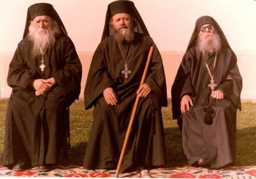 El padre Cleopa junto al straretz Victorin, fallecido en 2014, y Paisio Olaru, su padre espiritual.