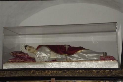 Vista de la urna con la figura que contiene los restos de la Santa. Iglesia de San Francisco de Paula, Longobardi (Italia).