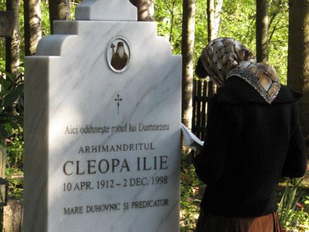 Una devota reza ante la tumba del padre Cleopa.