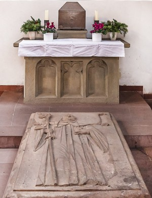 Tumba y urna de San Macario el Escocés en la Marienkapelle de Würzburg (Alemania).
