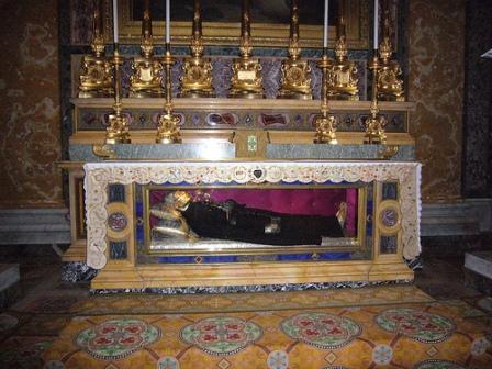 Urna con los restos del Santo en la basílica romana de los santos Juan y Pablo.