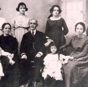 Fotografía de la Beata con  su familia en 1907.