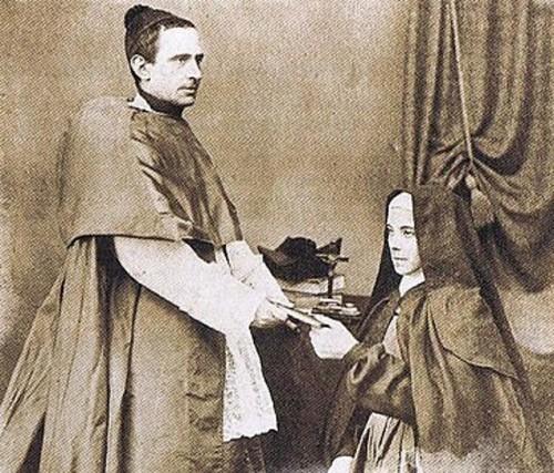 El Venerable entregando las constituciones a Santa Teresa Jornet.