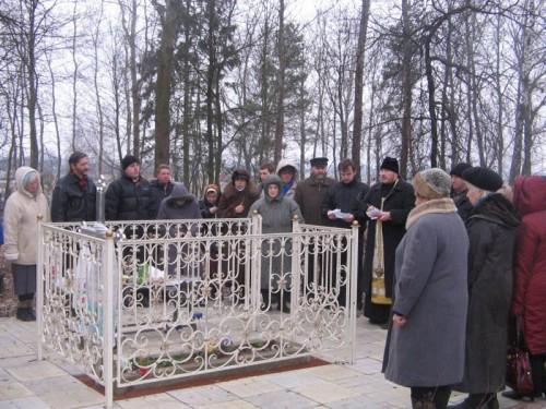 Reunión de fieles ortodoxos alrededor del sepulcro de la Santa.