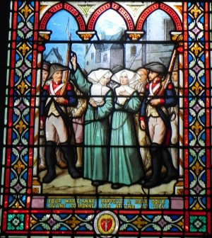Vidriera completa. La Beata Marie-Anne exhorta a la Beata Odile diciéndole que una corona les espera en el cielo.