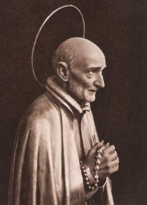 Detalle de una escultura orante del Santo en Palma de Mallorca, España.