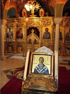 Icono y relicario del cráneo puestos delante del iconostasio del monasterio.