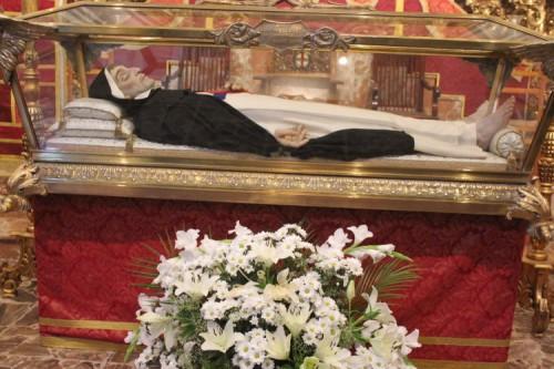 Urna con la figura yacente del Santo en Córdoba. Fuente: cofrades.sevilla.abc.es.