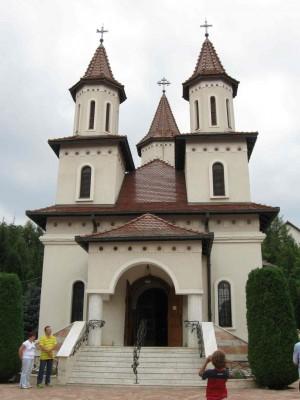 Fachada de la iglesia del monasterio de Recea, Rumanía.