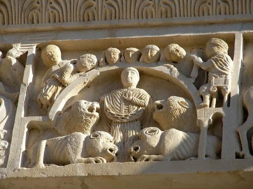 San Cerbonio con los animales. Fachada de la catedral de Massa Marittima, Italia.