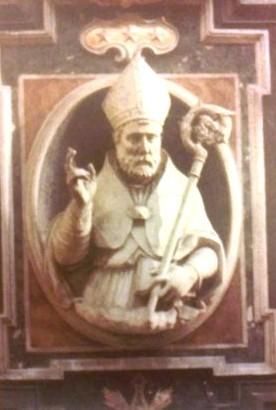 Relieve escultórico de San Urso en la catedral de Nápoles, Italia.