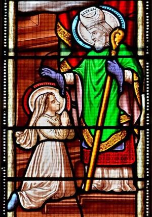 El Santo bendice a Santa Estela. Vidriera en la iglesia de Mathes en Charente-Maritime (Francia).