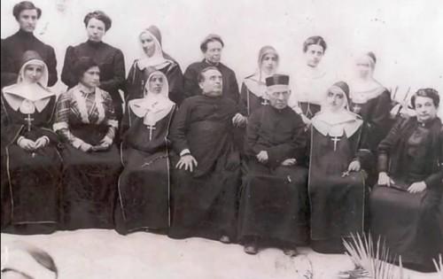 El Beato Faustino acompañado de las primeras religiosas y demas amigos.