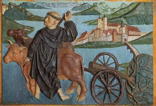 San Fridolino pasa el río Rhin. Relieve gótico tardío, catedral de Säckingen (Alemania).