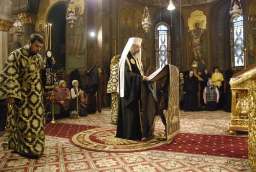 El Patriarca Daniel leyendo el Canon de San Andrés de Creta. Sólo en la Gran Cuaresma visten ropas negras.