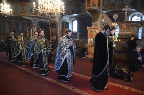 Ceremonia durante la liturgia de los dones presantificados. Los sacerdotes llevan ropas negras sólo en esta ocasión.
