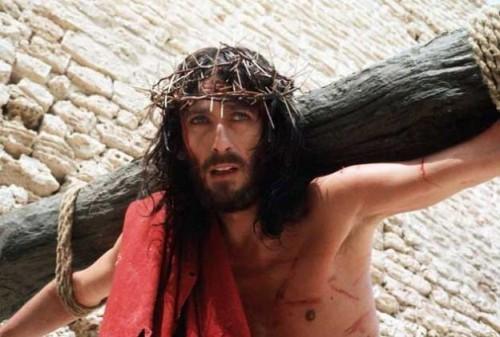 """""""Jesús de Nazaret"""" (1977), protagonizada por Robert Powell, es otra producción en la que podemos ver a Cristo cargando correctamente el patibulum."""