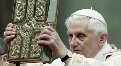 El papa Benedicto XVI durante la Liturgia de la Palabra en la Vigilia Pascual del año 2011.