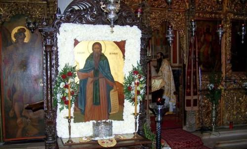 Cráneo e icono del santo delante del iconostasio del monasterio de los Santos Arcángeles.