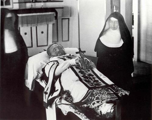 Muerto en su cama. Junto a él Santa Mariana Cope.