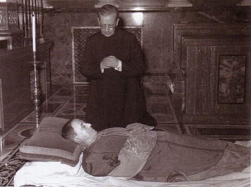 El Beato junto al cuerpo presente de San Josemaría.