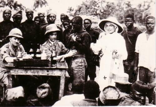 Foto de la beata realizando una visita médica en el campo de Dar es-Salaam (Tanzania).