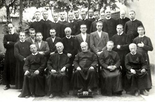 """Con un grupo de sacerdotes y religiosos del """"Cottolengo""""."""
