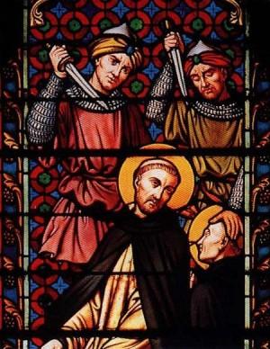 Detalle de una vidriera contemporánea con el martirio del Beato Sadoc y un compañero.