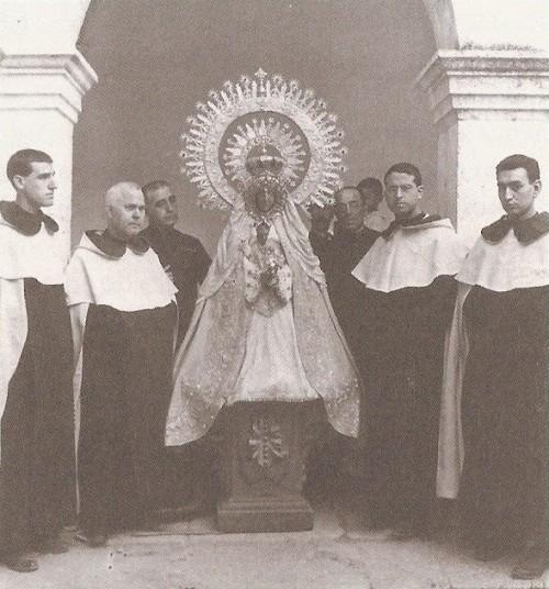 Los fundadores del Santuario de la Virgen de El Henar, con el P. Alberto al lado de la Virgen. Foto de 1924.