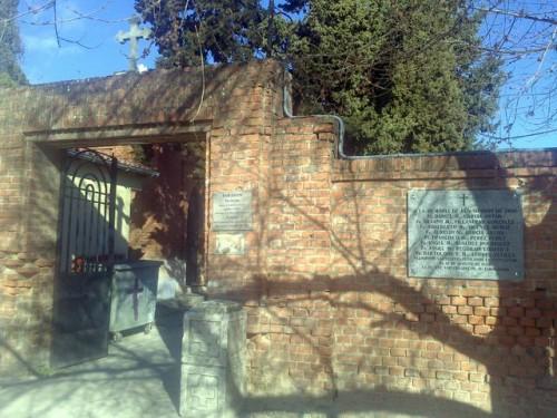 Lápida conmemorativa de los martires en las tapias donde fueron fusilados.