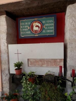 Lápida de los Beatos en el claustro de El Henar.