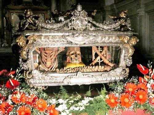 Reliquias de los santos en la catedral de Chioggia (Italia).