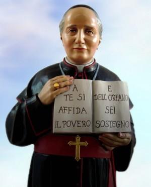 """Escultura del Beato. El libro dice en italiano: """"A ti se confía el pobre y del huérfano eres sostén""""."""