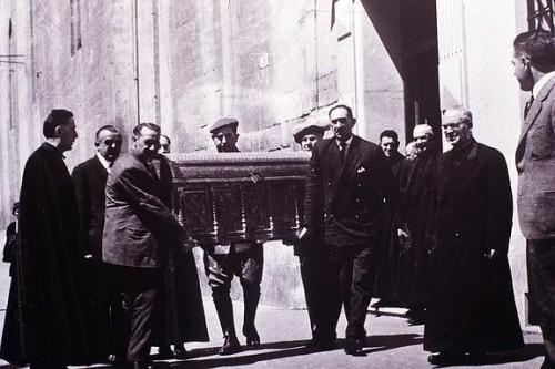 Foto del año 1962 en la que aparece la arqueta de San Prudencio de vueltas ya desde Álava a Logroño.