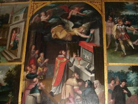 Un ángel coloca el brazo mutilado en el altar mayor de la iglesia de Forest. Retablo con la leyenda de la Santa.
